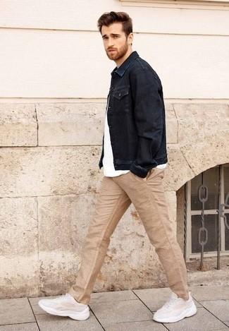 Cómo combinar un pantalón chino marrón claro: Empareja una chaqueta vaquera azul marino junto a un pantalón chino marrón claro para una vestimenta cómoda que queda muy bien junta. ¿Quieres elegir un zapato informal? Completa tu atuendo con deportivas en beige para el día.