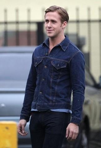 Look de Ryan Gosling: Chaqueta Vaquera Azul Marino, Camiseta con Cuello Circular Celeste, Vaqueros Negros