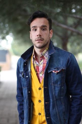 Cómo combinar un cárdigan amarillo: Ponte un cárdigan amarillo y una chaqueta vaquera azul marino para el after office.