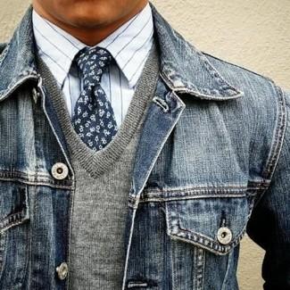 Cómo combinar: chaqueta vaquera azul marino, jersey de pico gris, camisa de vestir de rayas verticales blanca, corbata con print de flores azul marino