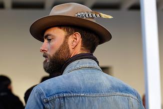 Cómo combinar: chaqueta vaquera azul, sombrero de lana marrón, bufanda de algodón morado oscuro