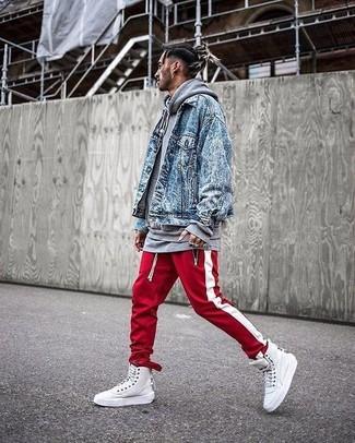 Cómo combinar: chaqueta vaquera azul, sudadera con capucha gris, pantalón de chándal de rayas verticales en rojo y blanco, zapatillas altas de cuero blancas