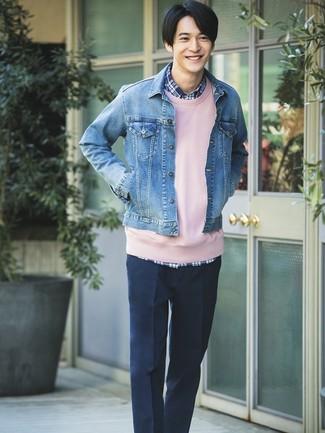 Cómo combinar: chaqueta vaquera azul, sudadera rosada, camisa de manga larga de tartán azul marino, pantalón de vestir azul marino