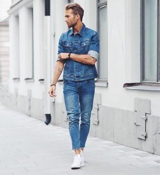 Todos Con tu ropa Look de moda Chaqueta Vaquera Azul, Vaqueros Azules, Tenis Blancos