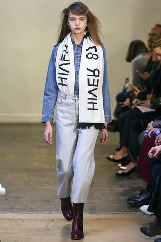 Cómo combinar: chaqueta vaquera azul, vaqueros celestes, botines de cuero burdeos, bufanda estampada en blanco y negro