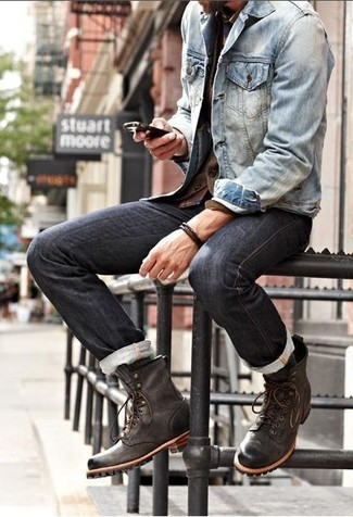 Haz de una chaqueta vaquera azul y unos pantalones tu atuendo para conseguir una apariencia relajada pero elegante. Luce este conjunto con botas casual de cuero marrón oscuro.