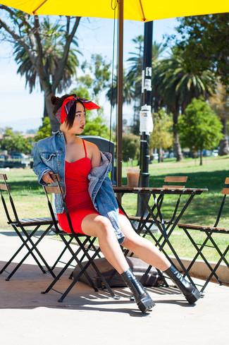 Cómo combinar: chaqueta vaquera azul, vestido ajustado rojo, botines de cuero gruesos negros, bufanda de seda estampada roja