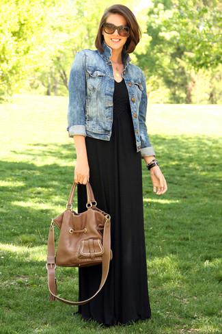 Look de moda: Chaqueta vaquera azul, Vestido largo negro, Bolsa tote de cuero marrón