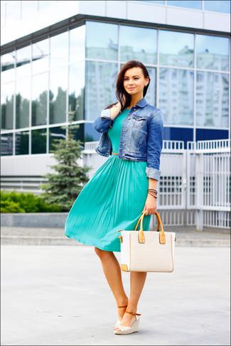 Cómo combinar: chaqueta vaquera azul, vestido midi plisado en verde azulado, sandalias con cuña de crochet blancas, bolsa tote de paja en beige