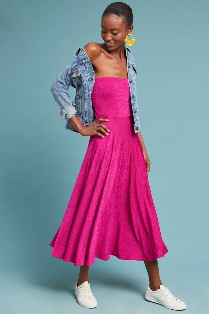 Look de moda: Chaqueta vaquera azul, Vestido midi rosa, Tenis ...