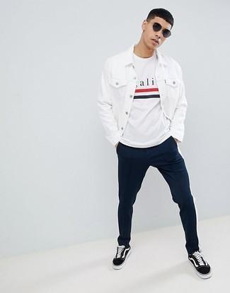 Cómo combinar: chaqueta vaquera blanca, camiseta con cuello circular estampada blanca, pantalón chino azul marino, tenis de lona en negro y blanco