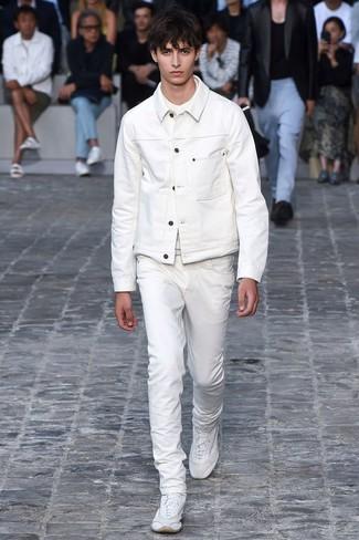 Cómo combinar: chaqueta vaquera blanca, camiseta con cuello circular blanca, vaqueros blancos, deportivas blancas