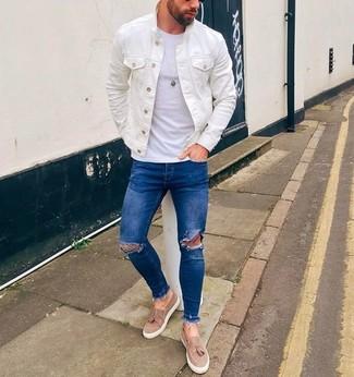 Cómo combinar: chaqueta vaquera blanca, camiseta con cuello circular blanca, vaqueros pitillo desgastados azules, mocasín con borlas de ante en beige