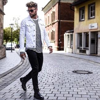 Cómo combinar: chaqueta vaquera blanca, camiseta con cuello circular de rayas horizontales en blanco y negro, vaqueros pitillo negros, botines chelsea de cuero negros