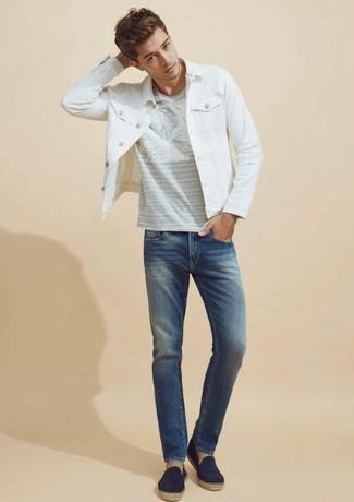 Cómo combinar: chaqueta vaquera blanca, camiseta con cuello circular estampada gris, vaqueros azules, alpargatas de lona azul marino