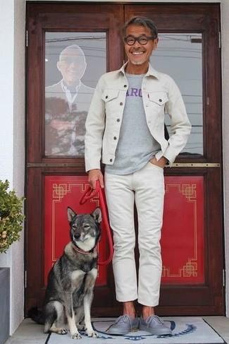 Cómo combinar: chaqueta vaquera blanca, camiseta con cuello circular estampada gris, vaqueros blancos, tenis grises