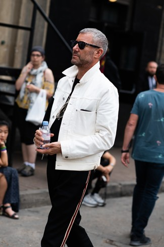 Cómo combinar: chaqueta vaquera blanca, camiseta con cuello circular negra, pantalón de chándal de rayas verticales negro, gafas de sol negras