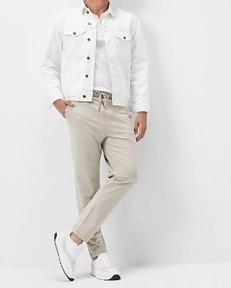 Cómo combinar una chaqueta vaquera blanca: Considera ponerse una chaqueta vaquera blanca y un pantalón chino en beige para cualquier sorpresa que haya en el día. ¿Quieres elegir un zapato informal? Elige un par de deportivas blancas para el día.