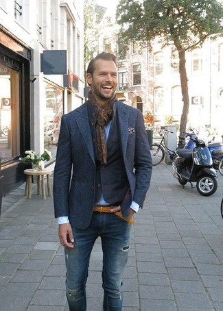 Cómo combinar: chaqueta vaquera azul marino, blazer de lana azul marino, camisa de vestir celeste, vaqueros pitillo desgastados azul marino