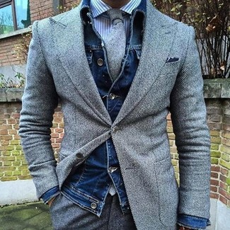 Cómo combinar: chaqueta vaquera azul marino, blazer de lana gris, camisa de vestir de rayas verticales en blanco y azul, pantalón de vestir de lana gris