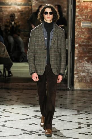 Cómo combinar: chaqueta vaquera gris, blazer de tartán verde oscuro, jersey de cuello alto en gris oscuro, vaqueros de pana en marrón oscuro