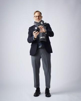 Moda para hombres de 50 años: Opta por una chaqueta vaquera azul y un pantalón de vestir gris para rebosar clase y sofisticación. ¿Te sientes valiente? Completa tu atuendo con botas casual de cuero negras.