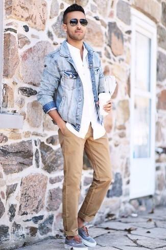 Moda para hombres de 20 años: Considera ponerse una chaqueta vaquera celeste y un pantalón chino marrón claro para cualquier sorpresa que haya en el día. Si no quieres vestir totalmente formal, haz tenis de lona celestes tu calzado.