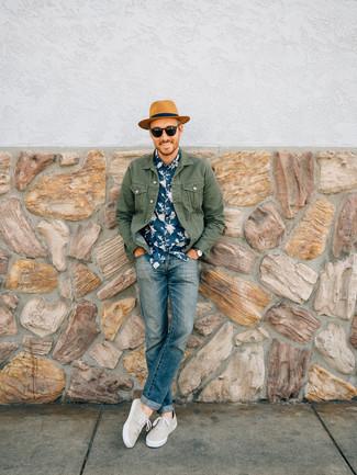 Este combo de una chaqueta vaquera verde oliva y un sombrero de paja marrón claro de Esprit te permitirá mantener un estilo cuando no estés trabajando limpio y simple. Un par de zapatillas plimsoll en beige se integra perfectamente con diversos looks.