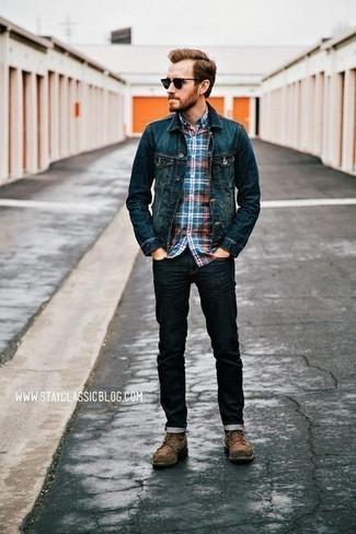 Cómo combinar una chaqueta vaquera azul marino: Para un atuendo que esté lleno de caracter y personalidad elige una chaqueta vaquera azul marino y unos vaqueros azul marino. ¿Te sientes valiente? Opta por un par de botas casual de ante marrónes.