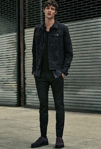 Cómo combinar: chaqueta vaquera negra, camisa de manga larga de cambray en gris oscuro, camiseta con cuello circular negra, pantalón chino negro
