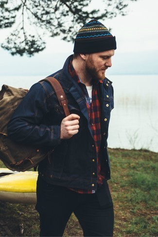 Cómo combinar unos vaqueros para hombres de 30 años: Considera emparejar una chaqueta vaquera azul marino junto a unos vaqueros para cualquier sorpresa que haya en el día.
