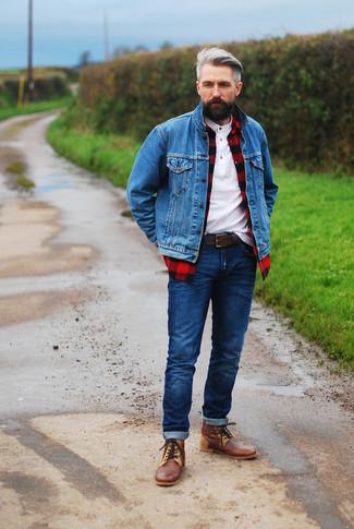 Cómo combinar: chaqueta vaquera azul, camisa de manga larga a cuadros en rojo y negro, camiseta henley blanca, vaqueros azul marino