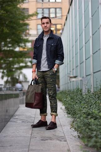 Cómo combinar: chaqueta vaquera azul marino, camisa de manga larga gris, pantalón chino de camuflaje verde oliva, zapatos derby de cuero en marrón oscuro