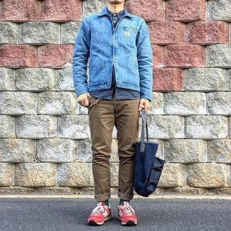 Cómo combinar: chaqueta vaquera azul, camisa de manga larga de cuadro vichy azul marino, pantalón chino marrón, tenis de ante rojos