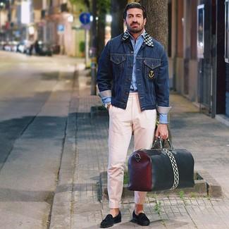 Cómo combinar: chaqueta vaquera azul marino, camisa de manga larga celeste, pantalón chino rosado, mocasín con borlas de ante negro