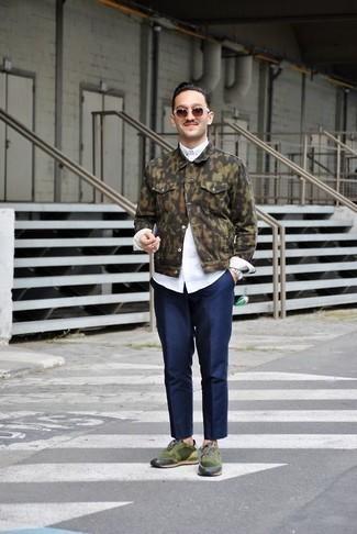 Outfits hombres: Ponte una chaqueta vaquera de camuflaje verde oliva y un pantalón chino azul marino para un almuerzo en domingo con amigos. ¿Quieres elegir un zapato informal? Opta por un par de deportivas verde oscuro para el día.