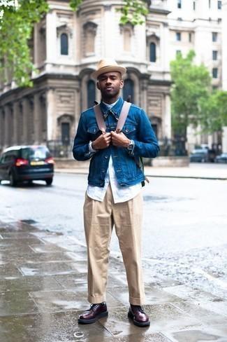 Outfits hombres: Utiliza una chaqueta vaquera azul y un pantalón de vestir en beige para un perfil clásico y refinado. Botas casual de cuero burdeos darán un toque desenfadado al conjunto.
