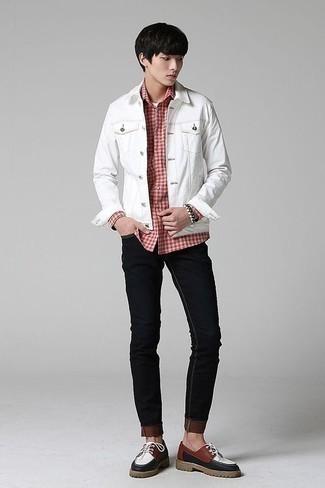 Cómo combinar una chaqueta: Haz de una chaqueta y unos vaqueros pitillo negros tu atuendo para un look diario sin parecer demasiado arreglada. Dale onda a tu ropa con zapatos derby de cuero en multicolor.