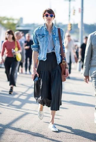 Cómo combinar: chaqueta vaquera azul, camisa de vestir de rayas verticales en blanco y azul, falda midi plisada negra, mocasín de cuero plateados