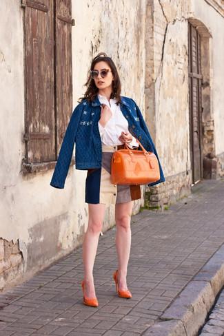 Cómo combinar: chaqueta vaquera azul, camisa de vestir blanca, minifalda de ante en multicolor, zapatos de tacón de cuero naranjas