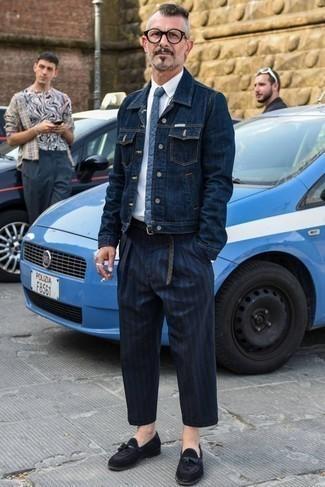 Cómo combinar una correa de lona tejida gris: Una chaqueta vaquera azul marino y una correa de lona tejida gris son tu atuendo para salir los días de descanso. Complementa tu atuendo con mocasín con borlas de ante negro para mostrar tu inteligencia sartorial.