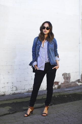 Cómo combinar: chaqueta vaquera azul, camisa de vestir celeste, pantalón de pinzas negro, sandalias de tacón de cuero negras
