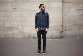 Equípate una chaqueta vaquera azul marino con una camisa de vestir de leopardo azul para las 8 horas. Completa el look con zapatos brogue de cuero negros.