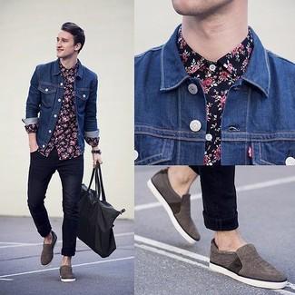 Cómo combinar: chaqueta vaquera azul, camisa de vestir con print de flores azul marino, vaqueros pitillo azul marino, zapatillas slip-on en gris oscuro
