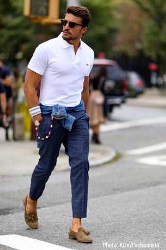 Casa una parte de arriba azul con un pantalón chino de tartán azul marino para conseguir una apariencia relajada pero elegante. ¿Por qué no ponerse mocasín con borlas de ante marrón a la combinación para dar una sensación más clásica?