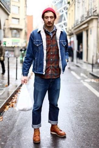 Cómo combinar unas botas de trabajo de cuero marrón claro: Empareja una chaqueta vaquera azul con unos vaqueros azules para conseguir una apariencia relajada pero elegante. ¿Te sientes valiente? Completa tu atuendo con botas de trabajo de cuero marrón claro.
