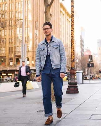 Cómo combinar: chaqueta vaquera celeste, camisa vaquera azul marino, camiseta con cuello circular de rayas horizontales en blanco y azul marino, vaqueros azul marino