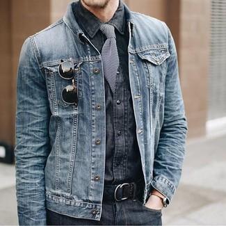 Cómo combinar: chaqueta vaquera azul, camisa vaquera en gris oscuro, vaqueros en gris oscuro, corbata de rayas horizontales en negro y blanco