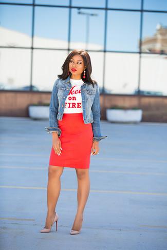 Cómo combinar: chaqueta vaquera azul, camiseta con cuello circular estampada en blanco y rojo, falda lápiz roja, zapatos de tacón de cuero en beige