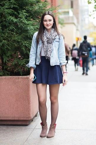 Cómo combinar: chaqueta vaquera celeste, camiseta con cuello circular blanca, falda skater azul marino, botines de ante en beige